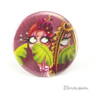 Gros badge La Flamant Rose face Emilie Fiala