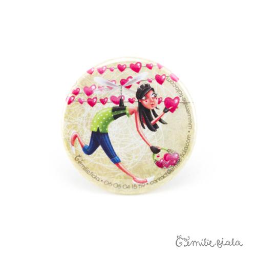 Petit badge L'Accroche-Coeurs face Emilie Fiala