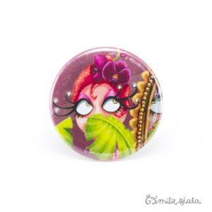 Petit badge La Flamant Rose face Emilie Fiala