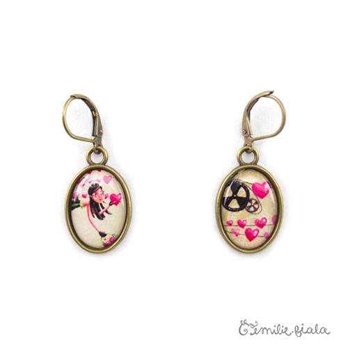 Petites boucles d'oreilles simples bronze antique L'Accroche-Coeurs face Emilie Fiala