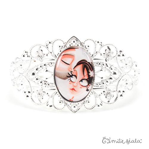 Bracelet fantaisie Le Bisou argenté face Emilie Fiala