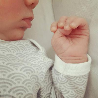 1 mois anniversaire bebe maman nourrisson Emilie Fiala
