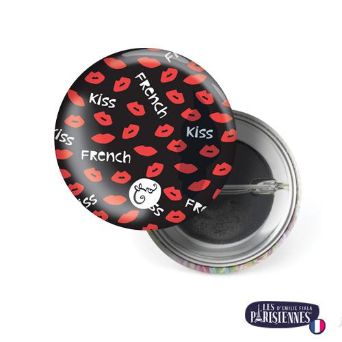 Badge-37mm-Les-Parisiennes-French-Kiss-Emilie-FIALA